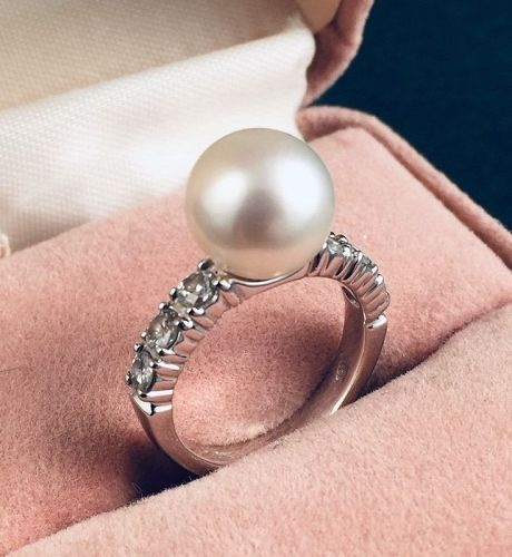 Very Fine Pearl Ring with Diamonds 18K white Gold base